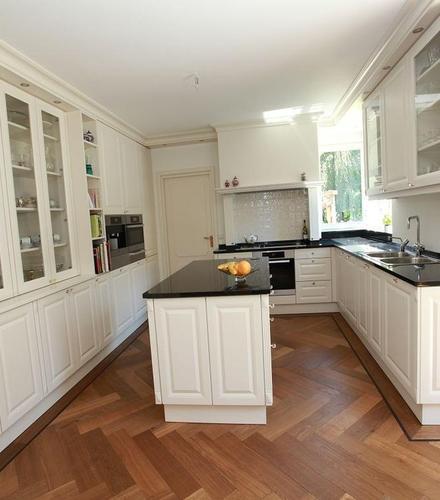 Lackierte Landhausküche mit Granitplatte